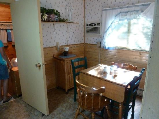Wagon Wheel RV Campground and Cabins: Dining half of kitchen - cabin 6