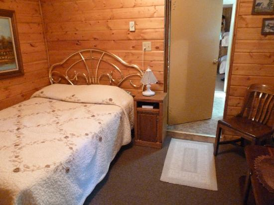 Wagon Wheel RV Campground and Cabins: Small room you enter cabin in features double bed - cabin 6