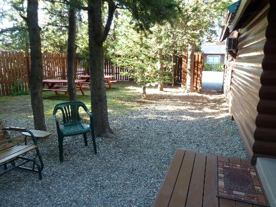 Wagon Wheel RV Campground and Cabins: yard area cabin 6