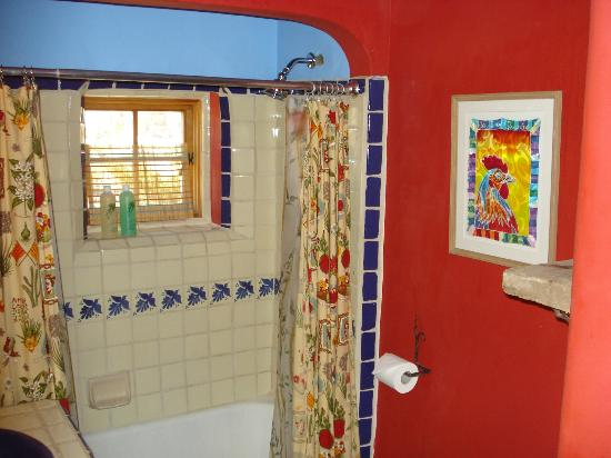 Casa Gallina: Bath shared by two bedrooms