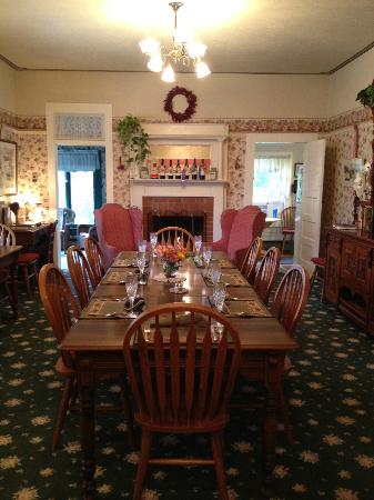 The Raford Inn Bed and Breakfast: The Dining Room