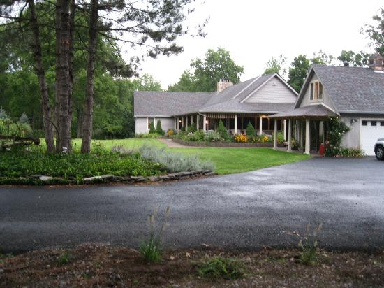 Bernetta's Place Bed & Breakfast Inn by the Lake: view from front of house