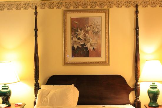 Legacy Hotel: bedroom wall painting