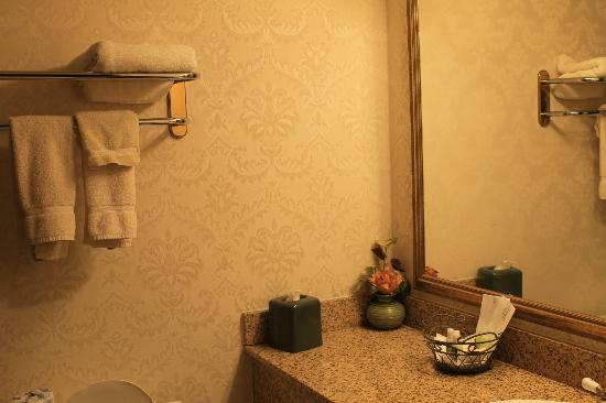 Legacy Hotel: bathroom