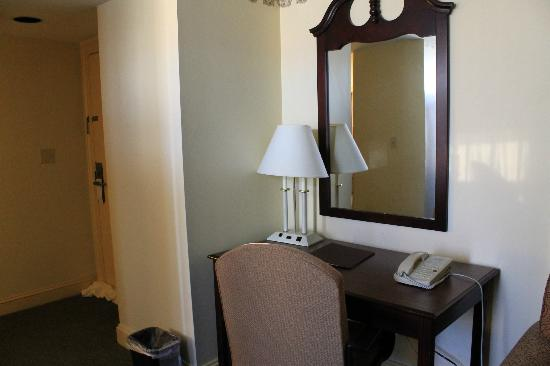 Legacy Hotel: desk in suite