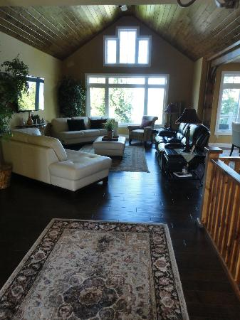 Acres on the Lake Bed and Breakfast: Front Entrance Living Area