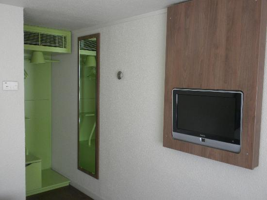 Campanile Chartres: Flat screen TV and Storage