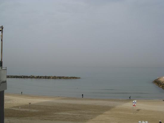 Leonardo Beach Tel Aviv Hotel: Ocean Across the Street
