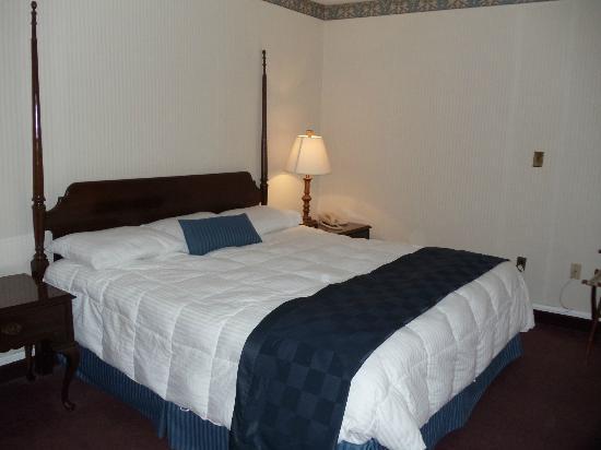Natural Bridge Park Historic Hotel: King Bed