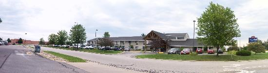 AmericInn Lodge & Suites Sturgeon Bay: front of hotel