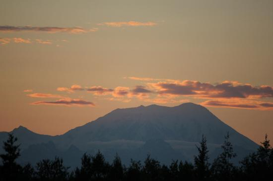 Talkeetna Denali View Lodge & Cabins: view from the deck (zoomed in) at sunset