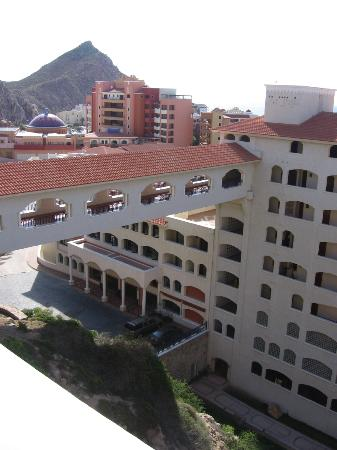 Sandos Finisterra Los Cabos: Bridge connecting restaurant to hotel