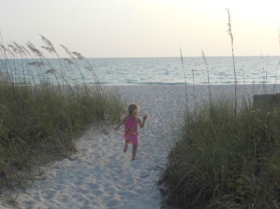 Gulfside Beach Club : walk out to the beach