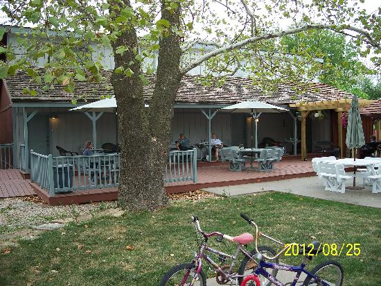 Arbor House Country Inn: Patio/Porch area
