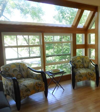 Baxter House B&B: Seating at the Bay Windows