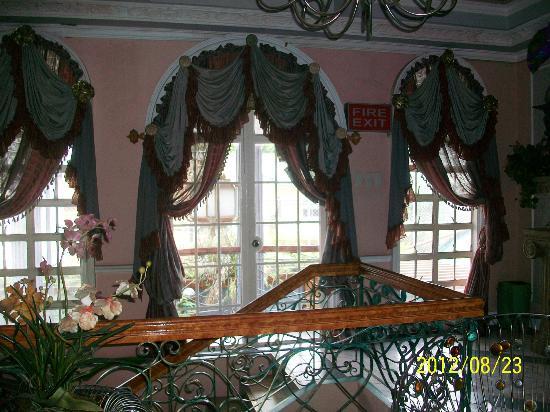 Europa Mansionette Inn: Victorian curtains