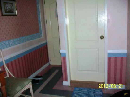 Europa Mansionette Inn: door
