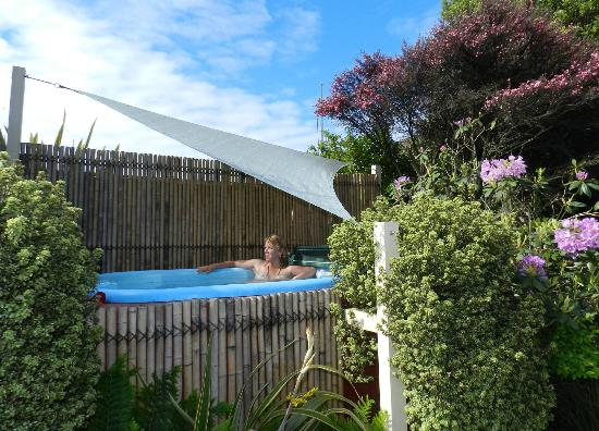 Laughing Kiwi Backpackers: Relax in the heated spa pool