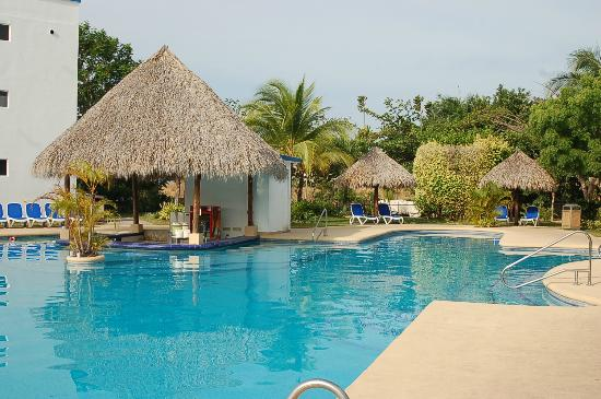 Hotel Playa Blanca Beach Resort : swim up bar