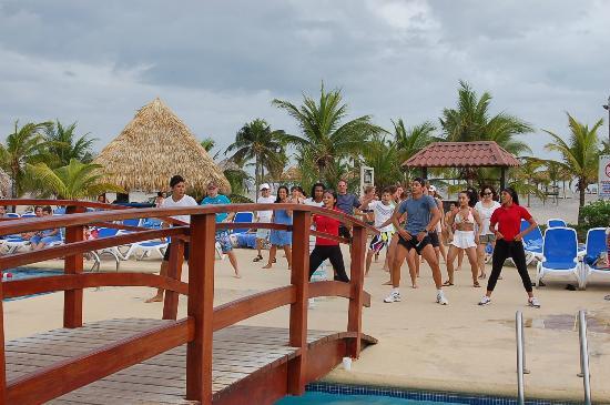 Hotel Playa Blanca Beach Resort: pool side dancing