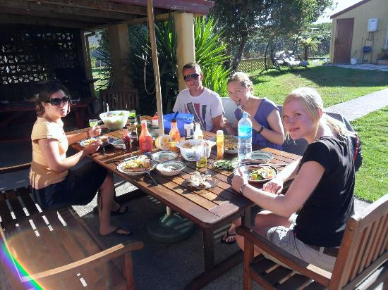 Laughing Kiwi Backpackers: Enjoy a meal with friends.