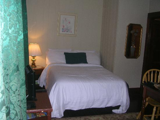 Bungalow Motel: one of the beds