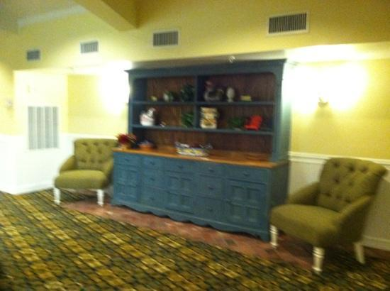 Boardwalk Inn: hutch in lobby, nice floors