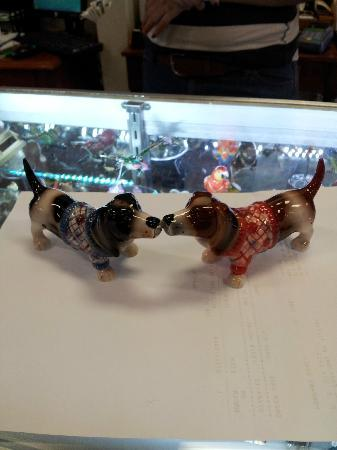 Pompano Beach, FL: Kissing Basset Hound Magnetic Salt n Pepper Shaker Chotchkie from Home Fashions by Tiffany!