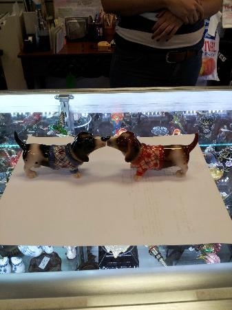 Festival Marketplace : Kissing Basset Hound Magnetic Salt n Pepper Shaker Chotchkie from Home Fashions by Tiffany!