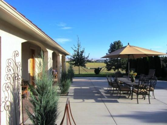 Girasol Vineyard & Inn: Front Patio