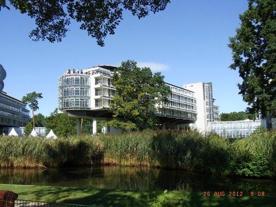 Kongresshotel Potsdam am Templiner See: Hotelansicht vom Wasser aus