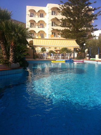 Hotel Armava: Pool and hotel