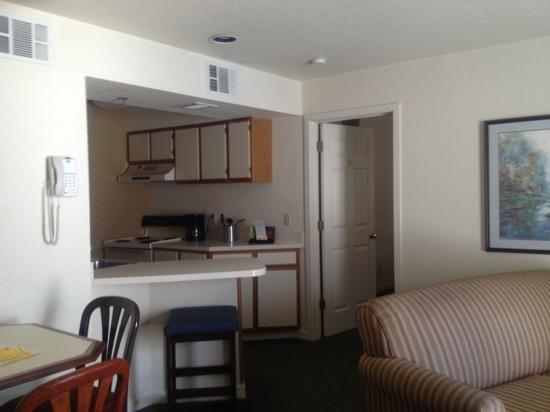 Staybridge Suites San Francisco Airport: 2nd room kitchen and living room of room 411