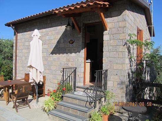 Agriturismo L'Olivara: Appartmenthaus daneben