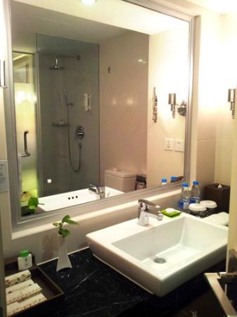 Mercure Chengdu North Hotel: Bathroom/shower