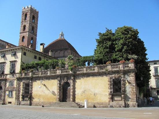 Chiesa e Battistero di San Giovanni e Santa Reparata : la chiesa vista da dietro