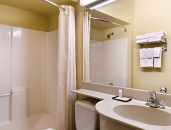 Stay Beyond Inn & Suites: Bathroom