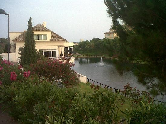 Apartamentos Greenlife Golf: Zona de suites, restaurante y lago