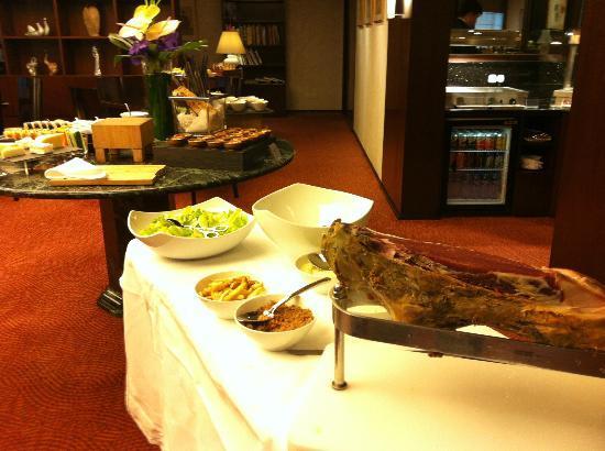 Gateway Hotel (Marco Polo Hotels): Club Floor Lounge