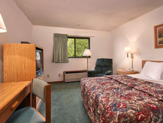 Super 8 Fort Madison: Standard King Bed Room