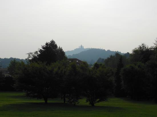 Parco Sassi Hotel: Vista verso Superga dal parco dell'hotel Parco Sassi Torino