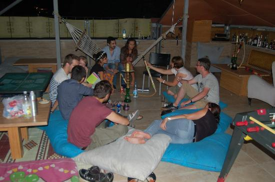 Second Home Hostel: Shisha anc chat on the roof!