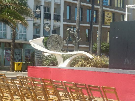 """Chiringuito La Peseta: Monumento a """"La Pesetas"""" nombre del chiringuito"""