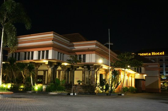 Semesta Hotel: Tampak depan sisi kiri dengan dinding keramik kuno