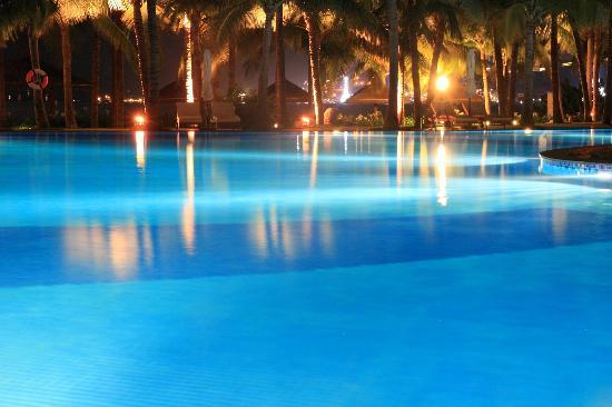 Vinpearl Luxury Nha Trang: プール側からレストラン