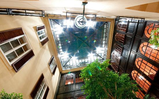 Hotel Konig Von Ungarn: Atrium Blick nach oben