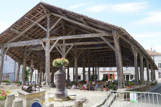 Villebois-Lavalette, France: The Covered area