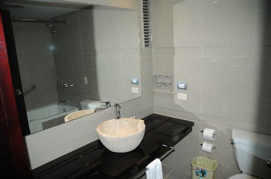 سونيستا هوتل كوزكو: salle de bain avec vasque en pierre