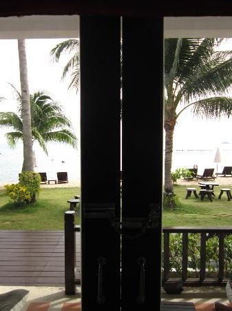 Baan Bophut Beach Hotel: Gap in door