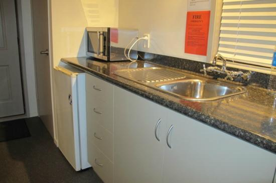 Tairua Shores Motel: Small kitchen area in the queen room.